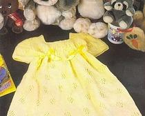 Яркое желтое платьице для девочки двух лет
