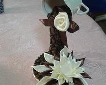 Парящая кружка с кофе и цветами из лент