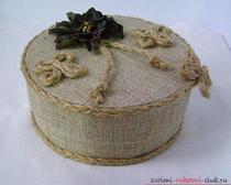 Шкатулка из картона, украшенная кожаным цветком