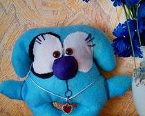 Симпатичная мягкая игрушка из голубого фетра