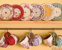 Вязаный пуф и интерьерные украшения в стиле пэтчворк