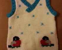 Вязание спицами: безрукавка со снигирями для ребенка