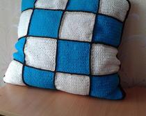 Вязание крючком: подушка из связанных квадратов