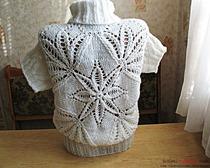 Длинный белый свитер под горло