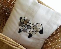 Декоративные подушки с декором из пуговиц