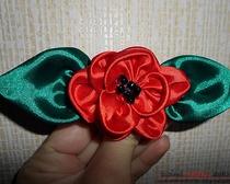 Яркий цветок из атласных лент