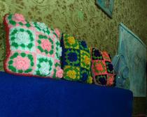 Подушка декоративная из вязаных квадратов