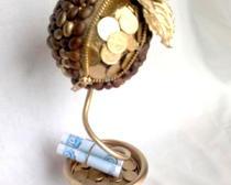 Денежное дерево из монет и кофе