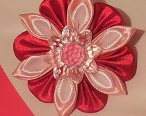 Многообразие цветов из лент: Резиночки с цветами канзаши
