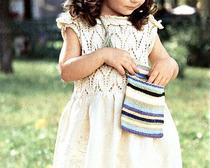 Вяжем крючком и спицами элегантный комплект для девочки, состоящий из платья, сумочки и шапочки
