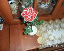 Красная роза с контрастной отделкой из бисера