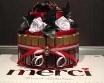 """""""Торт"""" из картона, украшенный шоколадкамии и атласными лентами"""