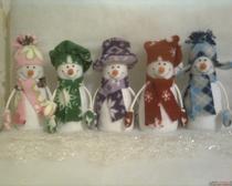 Веселые новогодние снеговики из флиса для украшения интерьера