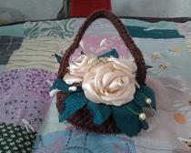 Вязаная корзинка с атласными цветами