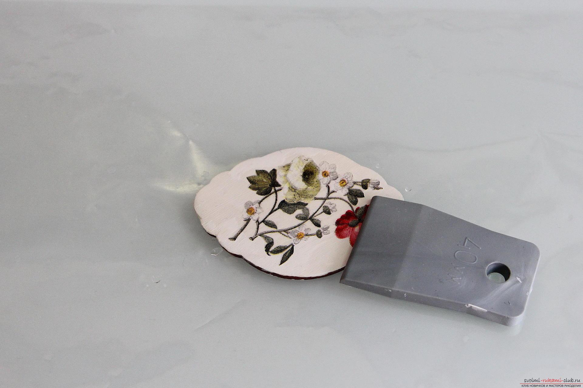 Мастер-класс описывает как декорируется разделочная доска своими руками с использованием техники декупаж.. Фото №8