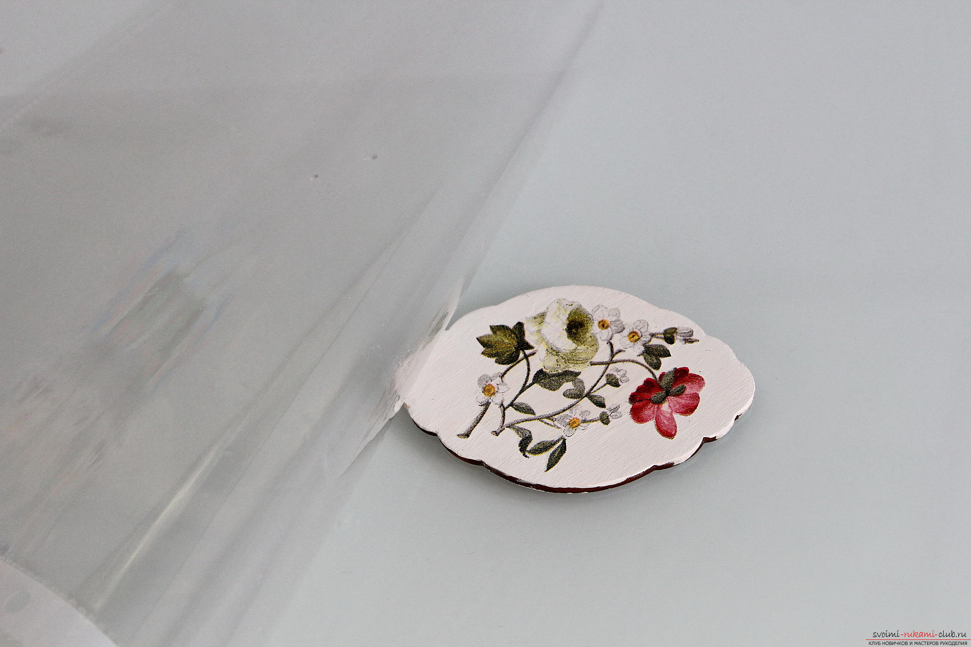 Мастер-класс описывает как декорируется разделочная доска своими руками с использованием техники декупаж.. Фото №9
