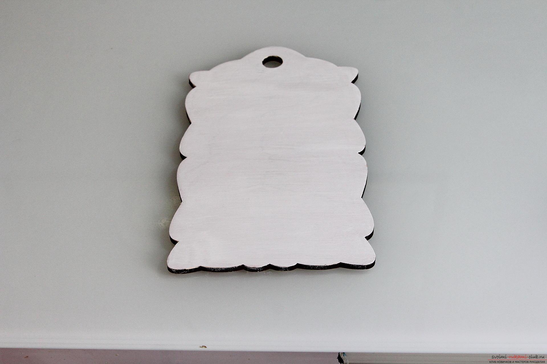 Мастер-класс описывает как декорируется разделочная доска своими руками с использованием техники декупаж.. Фото №13