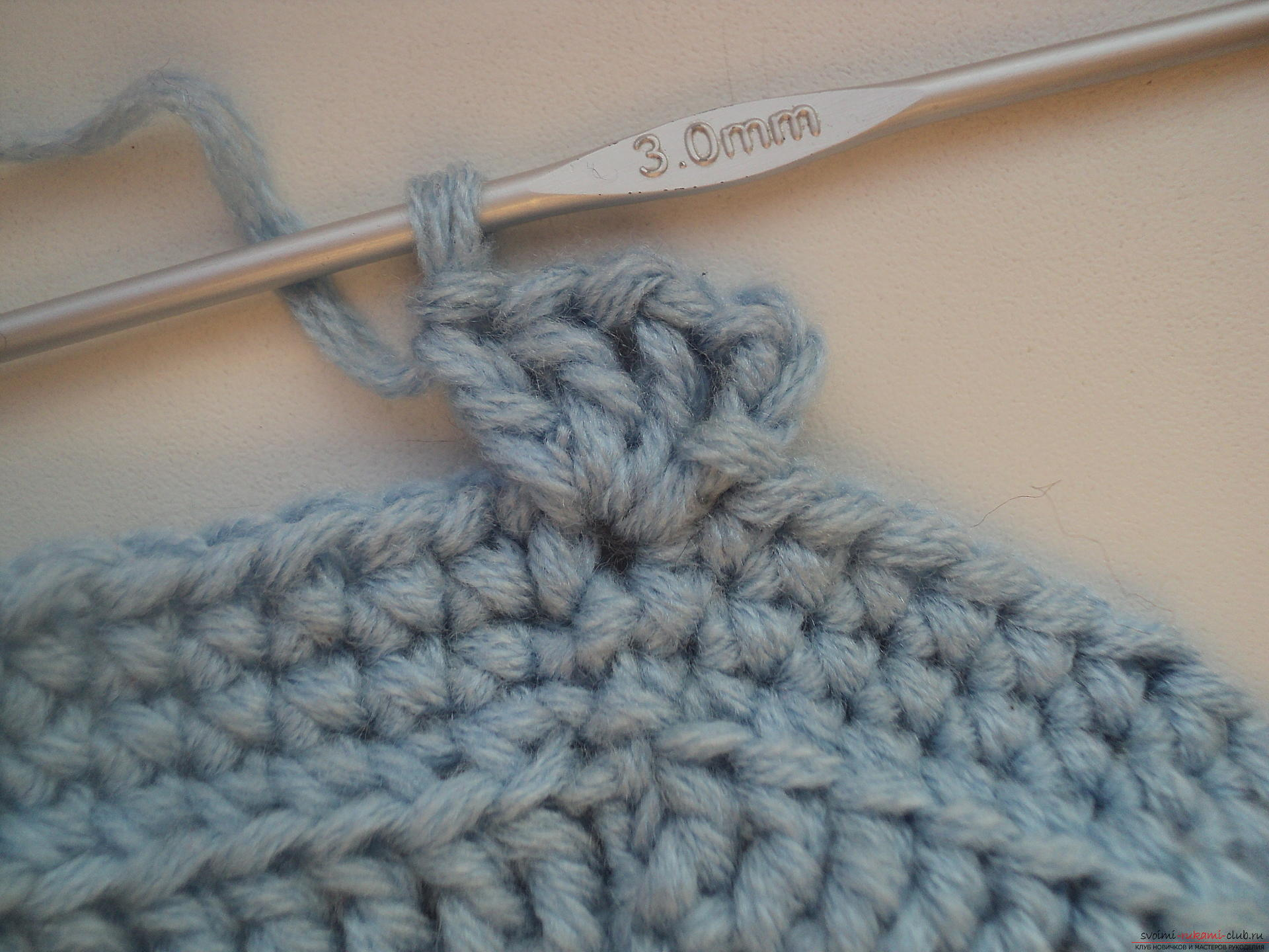 Мастер-класс по вязанию крючком подробно описывает создание оригинальной конфетницы своими руками.. Фото №5