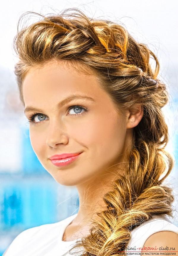 прическа коса на бок на средние волосы