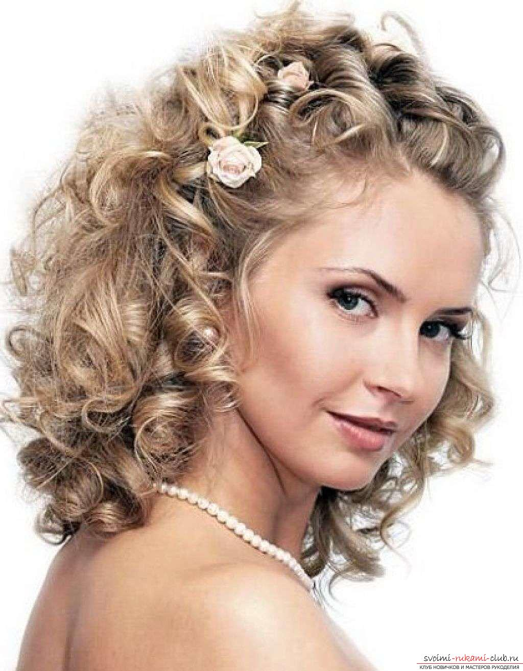 Прически на завитые волосы средней длины
