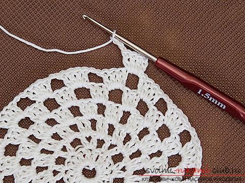 Красивая шапочка для девочки, связанная крючком своими руками. Фото №9