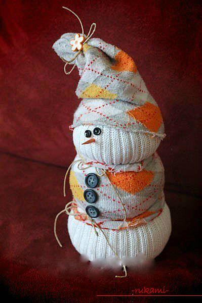 Новогодние игрушки снеговики из носок своими руками