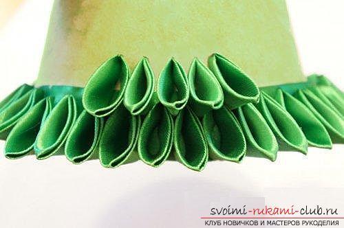 Как сделать елочку из лент в технике канзаши, мастер классы создания елочек из острых и круглых лепестком, способы создания украшений для миниатюрных елочек. Фото №5