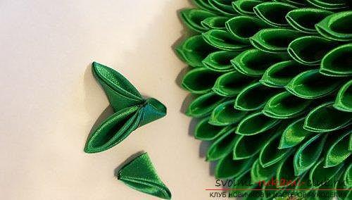 Как сделать елочку из лент в технике канзаши, мастер классы создания елочек из острых и круглых лепестком, способы создания украшений для миниатюрных елочек. Фото №6