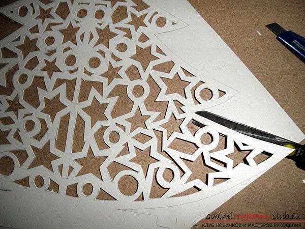 фото примеры процесса изготовления ажурной ёлочки из бумаги. Фото №6