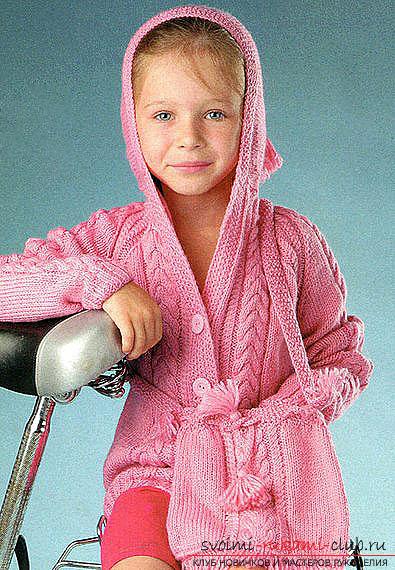 вязаный на спицах розовый комплект из жакета и сумочки для девочки. Фото №1