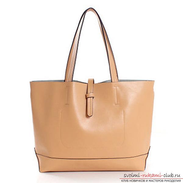 Стильная бежевая сумка из кожи
