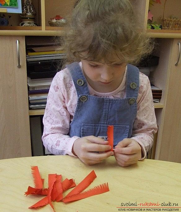 Как сделать красивого голубя в технике квиллинг?</p> </div> <p> Мастер-класс. Фото №3″/></p> <p>Для начала, нам необходимо вырезать шаблон будущей птицы. Затем, салфетку необходимо смять и затем, приклеить её по туловищу (контуру) для того, чтобы получить объем.</p> <p> Далее, делаем цветочки при помощи красных полосок, которые должны выглядеть в виде бахромы (прямой срез). Далее, используя зубочистку и технику квиллинга, мы производим скручивание полосок.</p> <p> Затем, подклеиваем конец и расправляем бахрому.</p> <p> Цветок готов!</p> <p><div style=