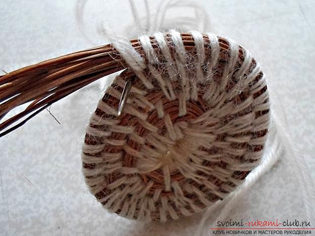 Плетение оригинальной корзины из сосновых иголок с объяснениями и поэтапными фото.. Фото №10