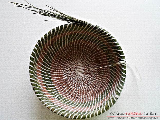 Плетение оригинальной корзины из сосновых иголок с объяснениями и поэтапными фото.. Фото №16