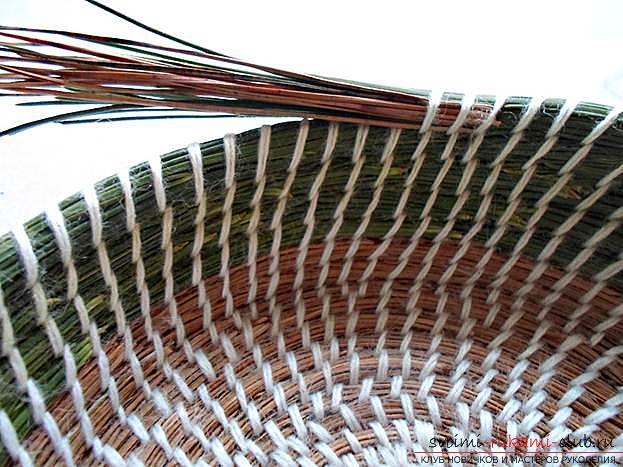 Плетение оригинальной корзины из сосновых иголок с объяснениями и поэтапными фото.. Фото №15