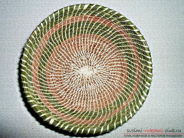 Плетение оригинальной корзины из сосновых иголок с объяснениями и поэтапными фото.. Фото №17