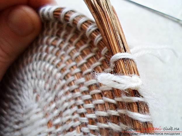 Плетение оригинальной корзины из сосновых иголок с объяснениями и поэтапными фото.. Фото №11