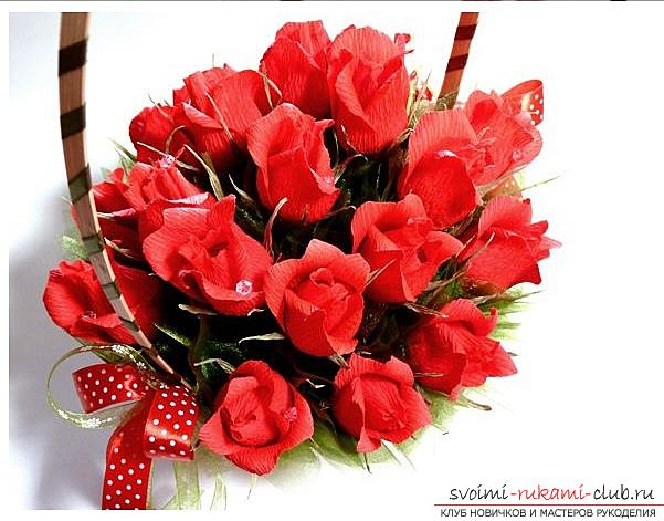 Как сделать конфетный букет из роз, пошаговые фото и инструкция создания роз из гофрированной бумаги с сердцевинками из конфет. Фото №1