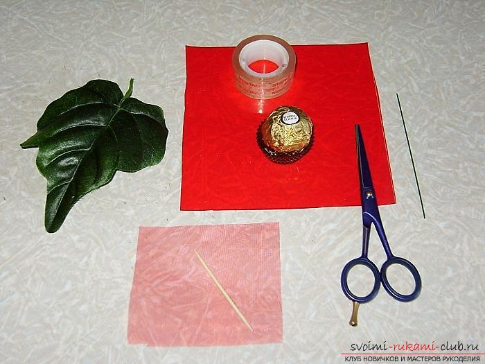 Как сделать оригинальные поделки к весеннему празднику женщин - 8 Марта, пошаговые фото создания рамки для фото, топиария, поделки в стиле свит дизайн и букета из огромных роз из гофрированной бумаги. Фото №5