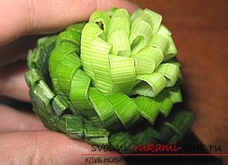 Как сделать красивые и оригинальные изделия из различных овощей, пошаговые фото и инструкция создания цветов из лука, мокови, краснокочанной и пекинской капусты, поделки из тыквы в технике карвинг. Фото №18