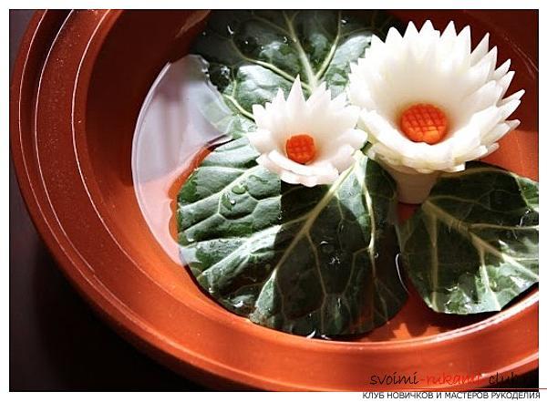 Как сделать красивые и оригинальные изделия из различных овощей, пошаговые фото и инструкция создания цветов из лука, мокови, краснокочанной и пекинской капусты, поделки из тыквы в технике карвинг. Фото №3