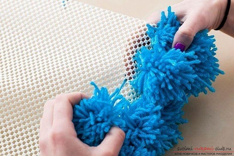 Необычные предметы интерьера своими руками, инструкция по изготовлению коврика из помпонов.. Фото №4