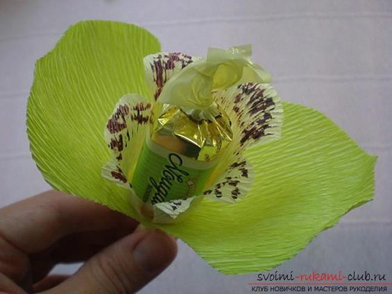 Как сделать своими руками оригинальный подарок к 8 Марта, пошаговые фото и описание создания букетов цветов из конфет. Фото №19