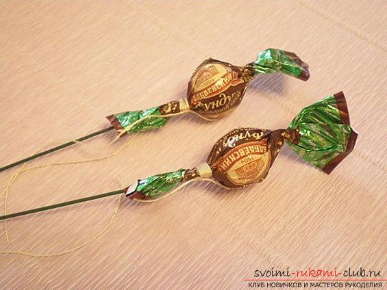 Как сделать своими руками оригинальный подарок к 8 Марта, пошаговые фото и описание создания букетов цветов из конфет. Фото №23
