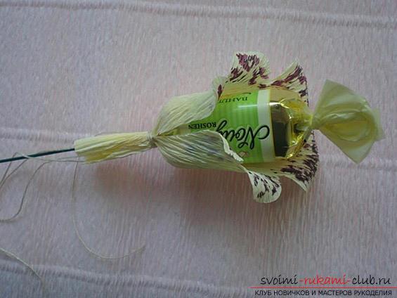 Как сделать своими руками оригинальный подарок к 8 Марта, пошаговые фото и описание создания букетов цветов из конфет. Фото №17