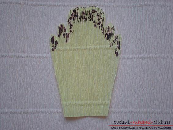 Как сделать своими руками оригинальный подарок к 8 Марта, пошаговые фото и описание создания букетов цветов из конфет. Фото №15