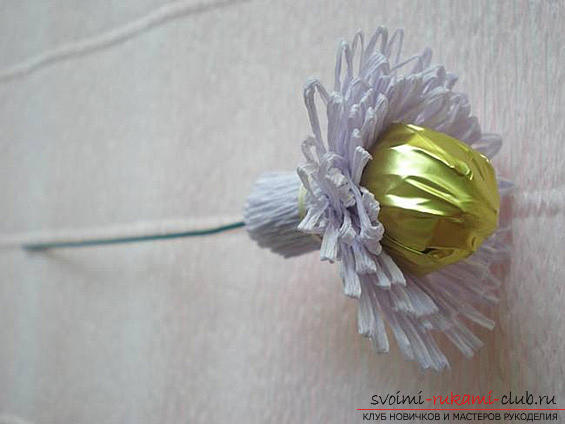 Как сделать своими руками оригинальный подарок к 8 Марта, пошаговые фото и описание создания букетов цветов из конфет. Фото №27
