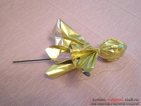 Как сделать своими руками оригинальный подарок к 8 Марта, пошаговые фото и описание создания букетов цветов из конфет. Фото №25