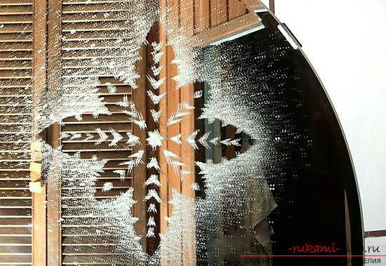 Новогодние трафареты на окна, как декорировать окно с помощью бумажных элементов, как сделать и какие есть способы использования новогодних трафаретов на окна.. Фото №3