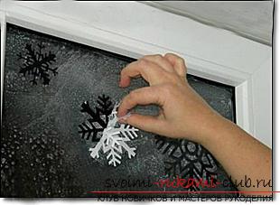 Новогодние трафареты на окна, как декорировать окно с помощью бумажных элементов, как сделать и какие есть способы использования новогодних трафаретов на окна.. Фото №2